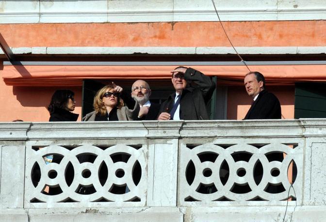 Il presidente del Consiglio Silvio Berlusconi a Venezia con la figlia Marina,  il sottosegretario Gianni Letta, il governatore Giancarlo Galan e il deputato Niccolò Ghedini. Nella foto anche il proprietario Maurizio Sammartini