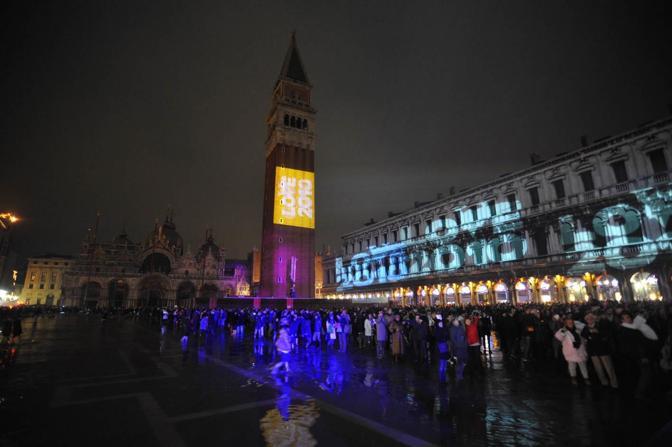Capodanno 2010 in piazza San Marco con l'alta marea a quota 110 centimetri Anche i turisti con gli stivali