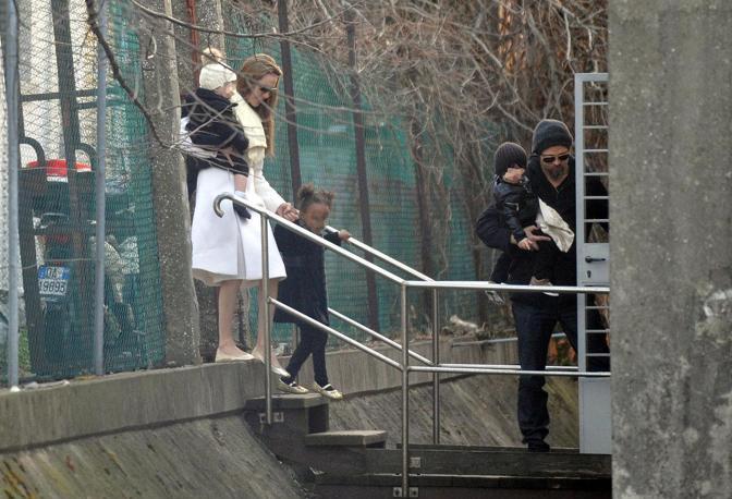 Angelina Jolie e Brad Pitt arrivano con i figli a Venezia al parcheggio di santa Marta