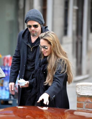 Angelina Jolie e Brad Pitt portano i bimbi a mangiare il gelato in rio di San Trovaso