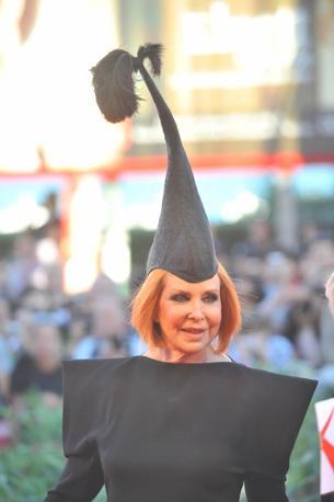 Il fantasioso cappello di Marina Ripa di Meana