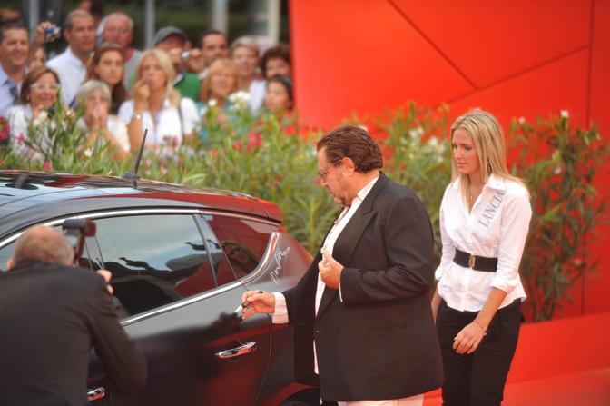 Il regista firma l'autografo sulla Lancia