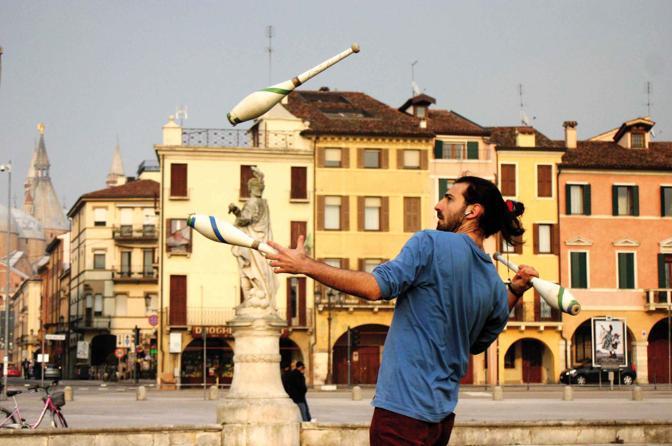 L'incontro fortuito con un giocoliere. Rapita dall'apparente staticità di un'arte così fluida. Prato della Valle - Via M. Sanmicheli, Padova