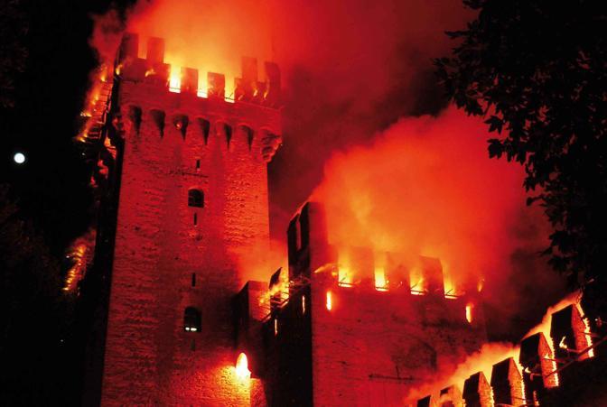 ...un tripudio di scoppi, lampi e fumi colorati chiudono il Palio dei 10 Comuni. Porta Legnago - Montagnana (PD)