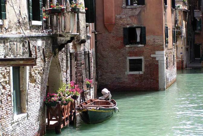 Passeggiando per le vie di Venezia, attraversando i suoi ponti e ammirando i suoi scorci, sono stata rapita dalla tranquillità di questo romantico angolo della città. Venezia
