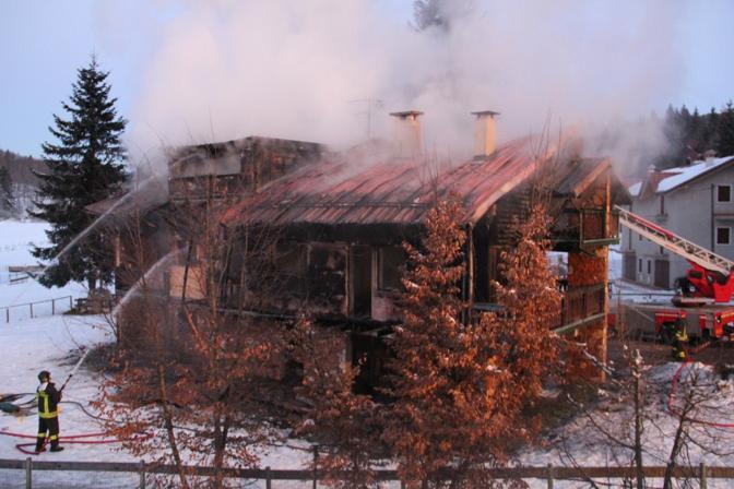 Incendio distrugge casa di montagna corriere veneto for Piccoli piani di casa di montagna