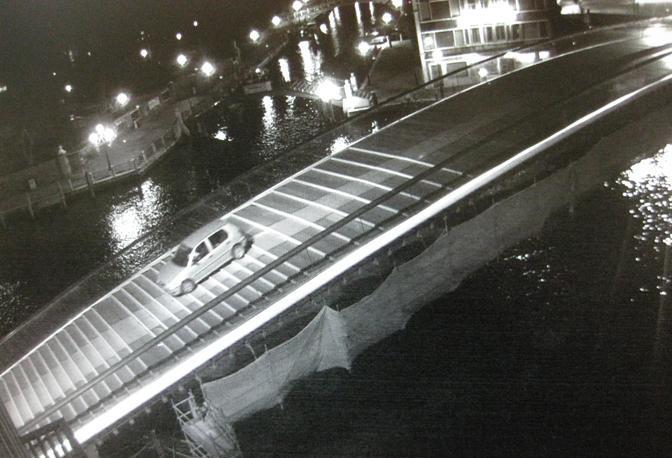 L'auto sul ponte di Calatrava (Polizia Municipale di Venezia)