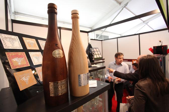 Verona, primo giorno di Vinitaly, bottiglie di legno