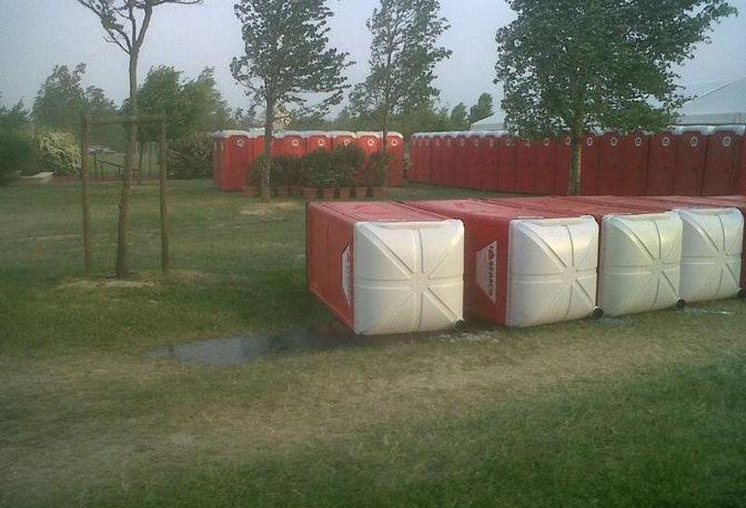 Il vento rovescia i bagni chimici a San Giuliano (Della Valle)