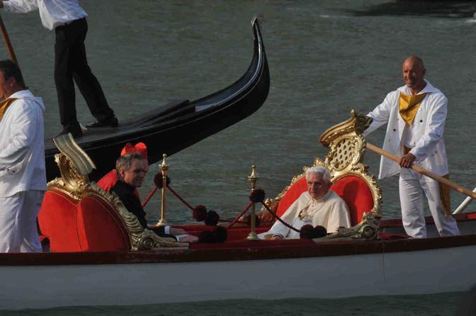 Sua Santità Benedetto XVI in gondola si reca alla Basilica della Salute per inaugurare il Marcianum