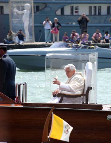 Il Papa saluta e benedice i fedeli lungo il Canal Grande (Pattaro/Vision)