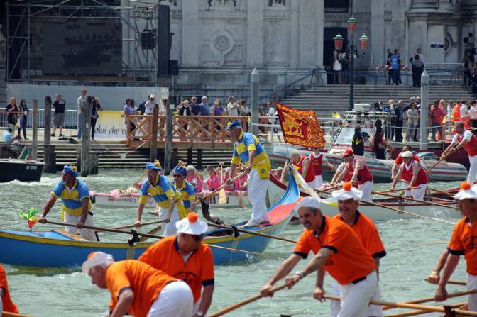 Il corteo papale lungo il Canal Grande (Pattaro/Vision)