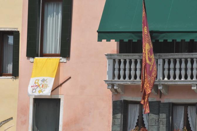 Bandiere alle finestre di casa Orsoni (Pattaro/Vision)