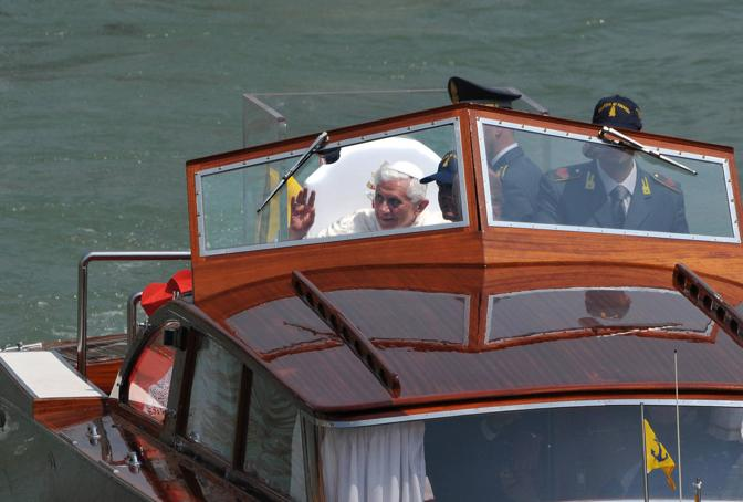Il Papa saluta e benedice i fedeli lungo il Canal Grande (Sabadin/Vision)