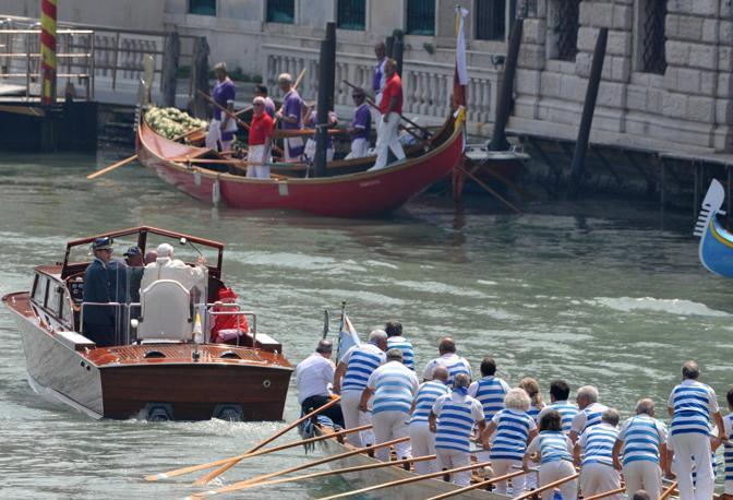 Il corteo papale lungo il Canal Grande (Sabadin/Vision)
