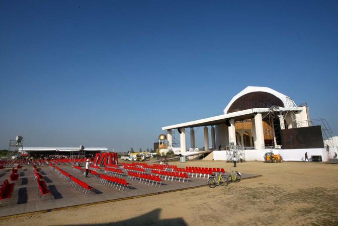 Allestimento del palco per il Papa (Errebi)