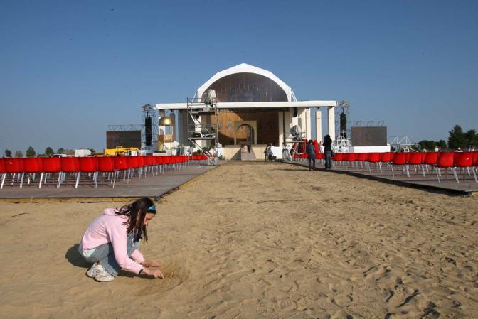 Allestimento del palco per il Papa(Errebi)