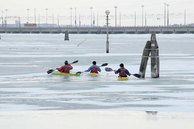 Venezia, punta San Giuliano. In canoa sul Pack della laguna (Errebi)