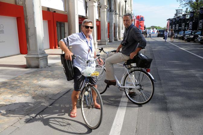La coppia Stinellis-Pesce fotogiornalisti biciclettati