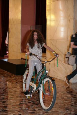 In bici in sala stampa