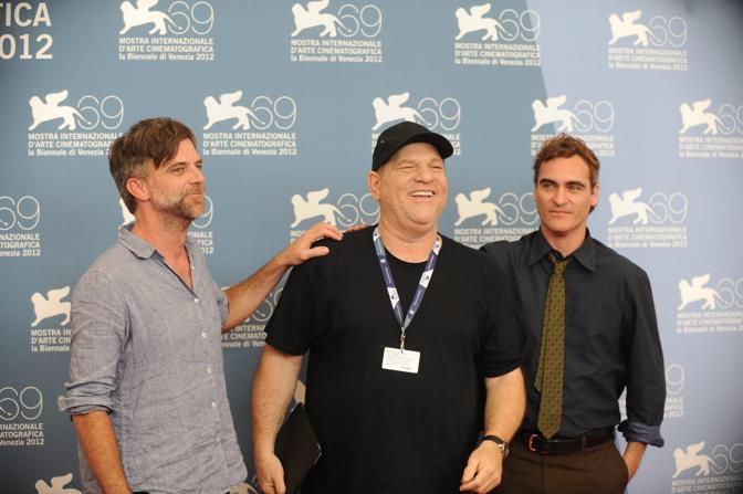 Cast del film The Master Il regista Paul Thomas Anderson a sinistra con il celebre produttore americano Harvey Weinstein e Joaquin Phoenix