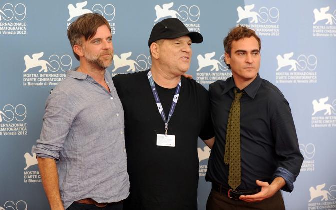 Cast del film The Master. Il regista Paul Thomas Anderson a sinistra con il celebre produttore americano Harvey Weinstein e Joaquin Phoenix