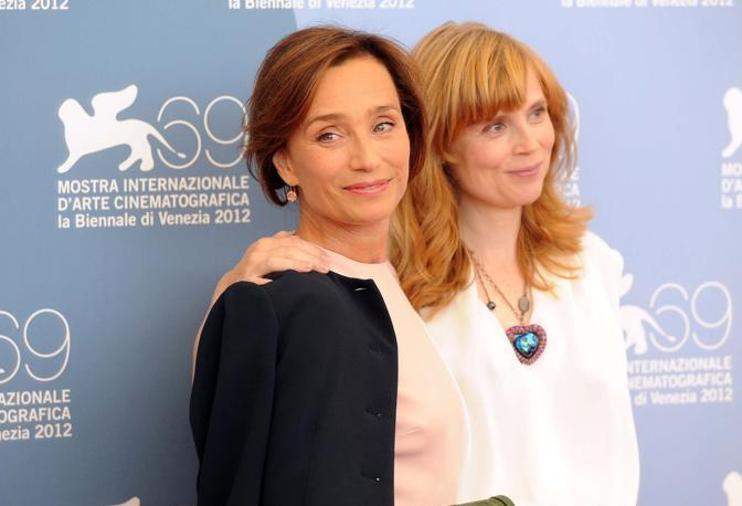 Cast del film Cherchez Hortense, da sinistra Kristin Scott Thomas e Isabelle Carr