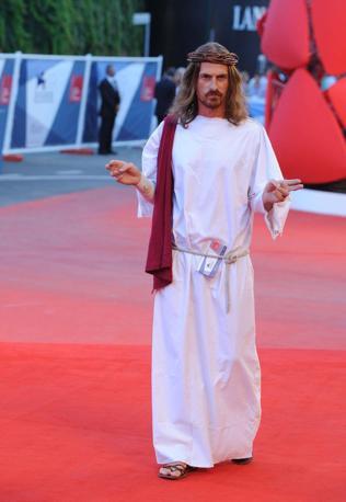 Uno spettatore entra vestito da Gesù