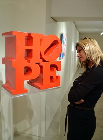 L'artista della Pop art americana Robert Indiana espone alla galleria Contini