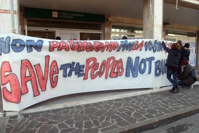 Mestre, piazza Barche, antagonisti occupano per protesta la sede della Cassa di Risparmio di Venezia (Errebi)