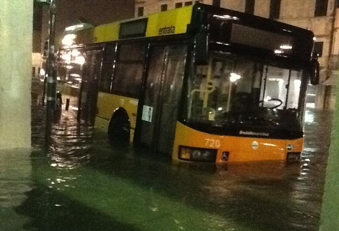 Acqua alta nella notte a Chioggia