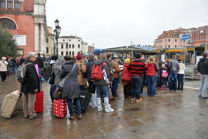 Venezia. La marea ha registrato una punta massima di 138 cm registrata alle ore 10 20 Ferrovia, disagi per i turisti in arrivo a Venezia