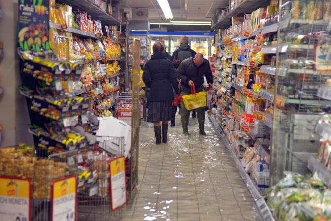 Venezia. La marea ha registrato una punta massima di 138 cm registrata alle ore 10 20. Il supermercato Billa allagato in Strada Nuova
