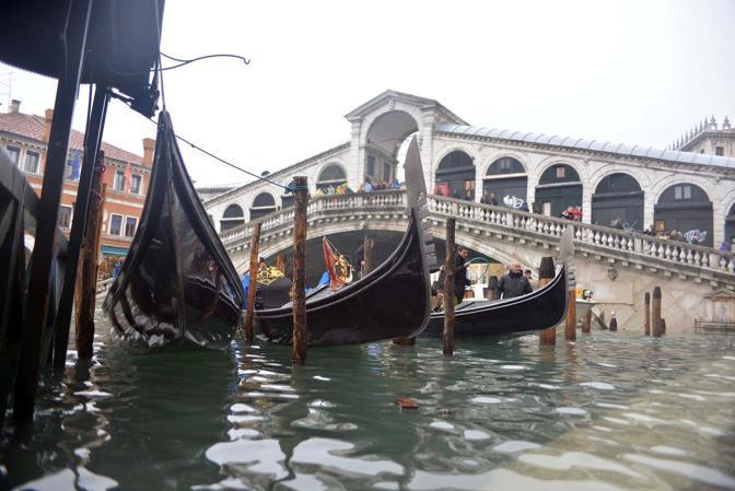 Venezia. La marea ha registrato una punta massima di 138 cm registrata alle ore 10 20. Rialto