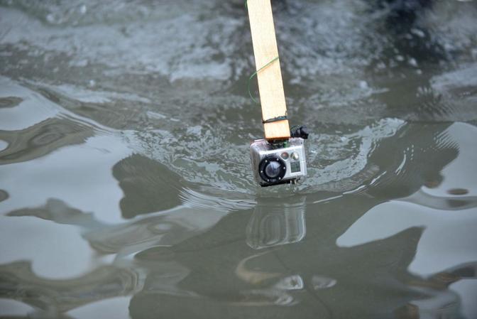 Venezia. La marea ha registrato una punta massima di 138 cm registrata alle ore 10 20. Una turista con una videocamera subacquea