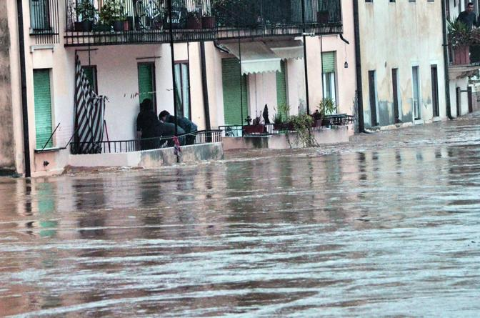 [IMG]http://images.corrieredelveneto.corriereobjects.it/fotogallery/2012/11/alluvione_vicenza_11_11/img_alluvione_vicenza_11_11/16_672-458_resize.jpg[/IMG]