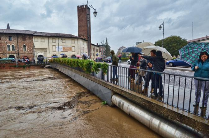 [IMG]http://images.corrieredelveneto.corriereobjects.it/fotogallery/2012/11/alluvione_vicenza_11_11/img_alluvione_vicenza_11_11/1_672-458_resize.jpg[/IMG]