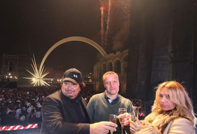 Capodanno 2013 in piazza Bra: Umberto Smaila con il sindaco Flavio Tosid