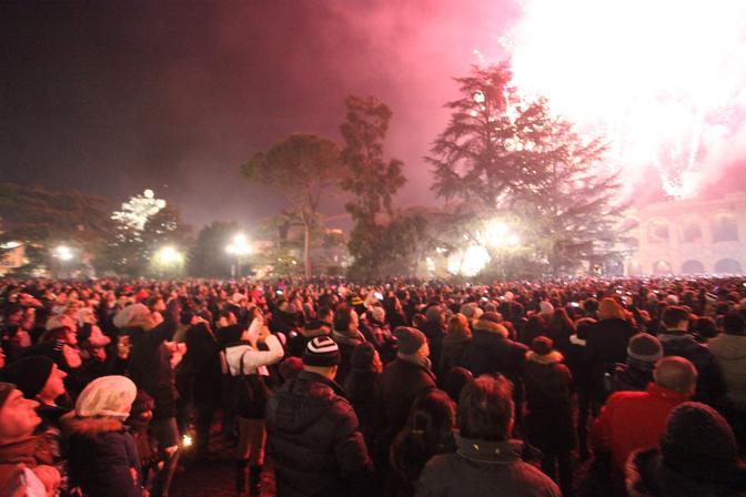 Piazza Bra completamente piena per vedere i fuochi d'artificio del Capodanno 2013