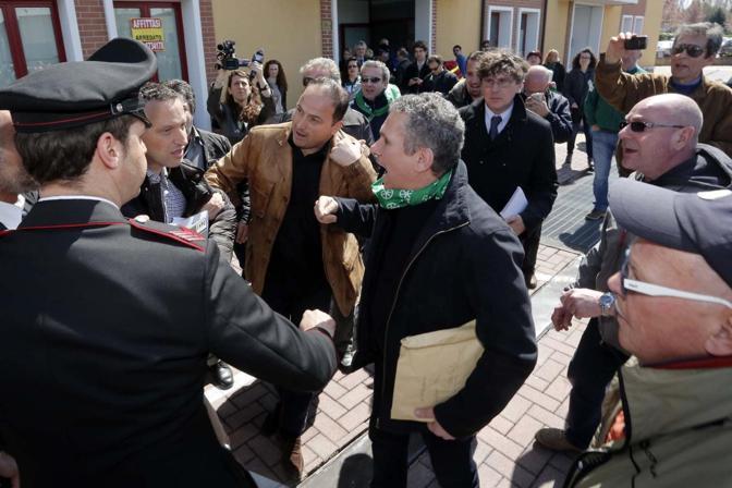Flavio Tosi scortato e contestato