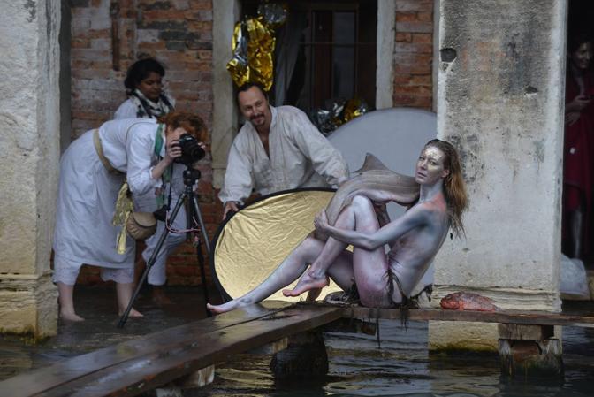 La performance di Iris Brosch sul Canal Grande