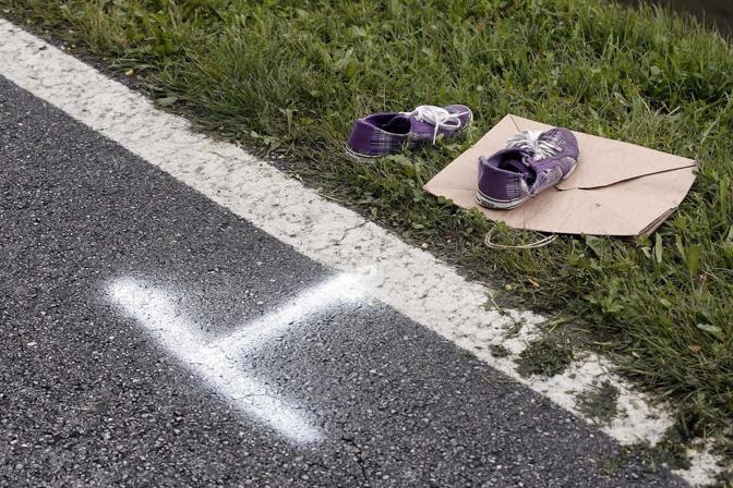 Le scarpe di Giulia Spinello sulla strada