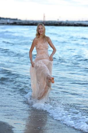 La madrina Eva Riccobono posa sulla spiaggia dell Hotel Excelsior