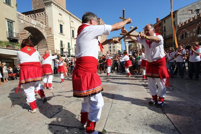 Aplec, torri umane e sardanes (danze popolari) alla festa catalana a Verona