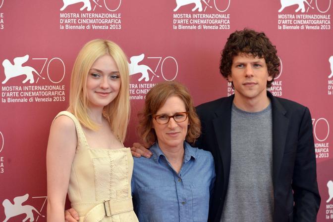 Alla sinistra l'attrice Dakota Fanning al centro la regista Kelly Reichardt a destra l'attore Jesse Eisenberg