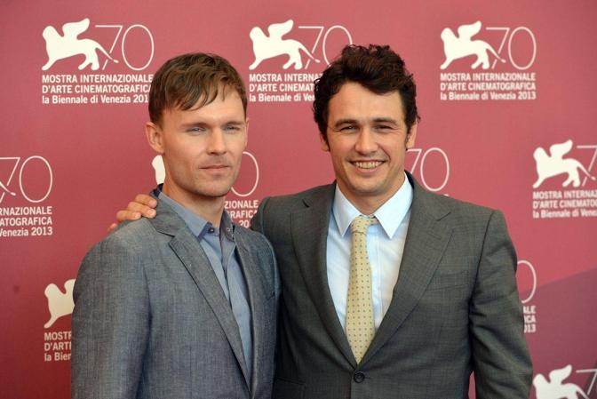 A sinistra l'attore Scott Haze e sulla destra il regista James Franco