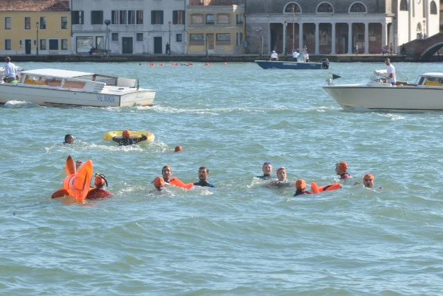 Manifestanti nel canale della Giudecca
