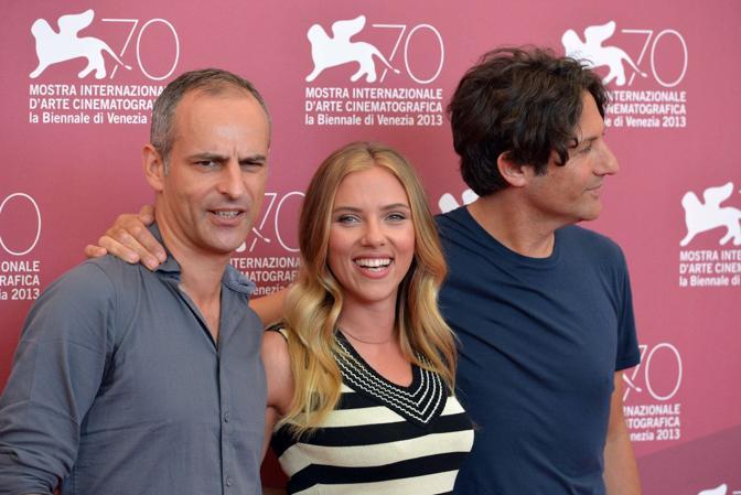 L'attrice Scarlett Johansson con il produttore James Wilson (a sinistra) e il regista Jonathan Glazer (a destra)