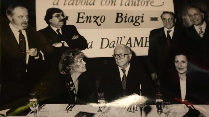 Enzo Biagi, alle spalle Dino Boscarato