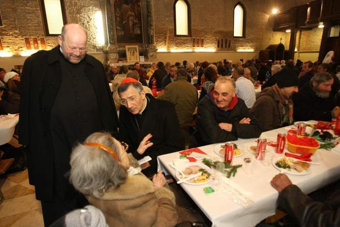 Mestre, il pranzo di Natale dei poveri nella chiesa di San Girolamo con il patriarca Francesco Moraglia